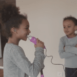 Emma, 4 ans, communique avec les mots