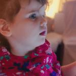 Rose, 3 ans, découvre les objets