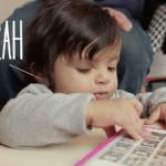 Sarah, 20 mois, communique avant les mots
