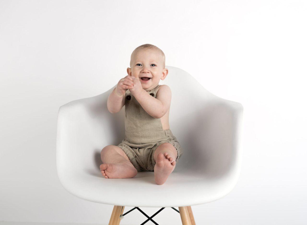 Bébé se tenant assis tout seul