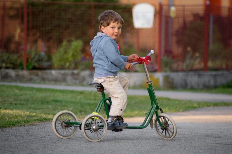 Enfant de 4 ans faisant du tricycle seul