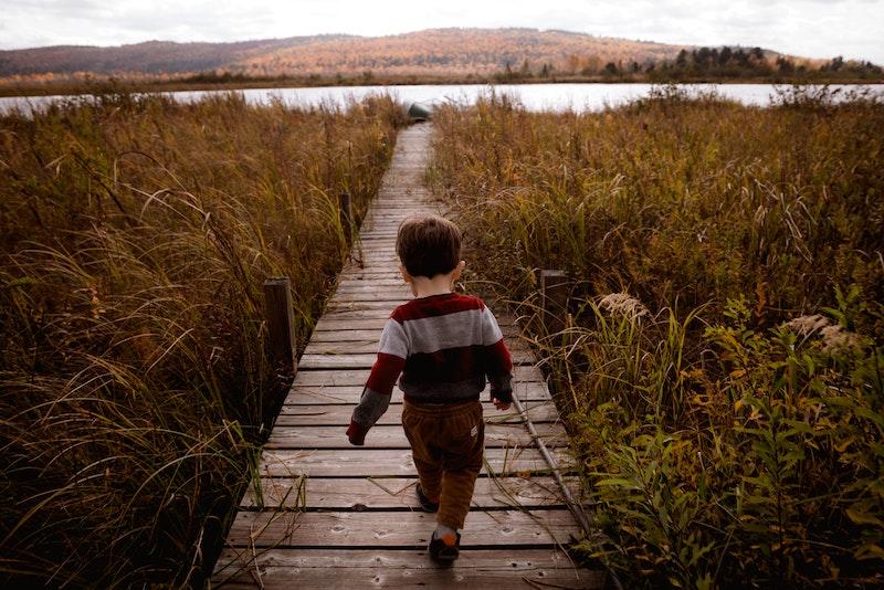 Un enfant de 6 ans court sans problème